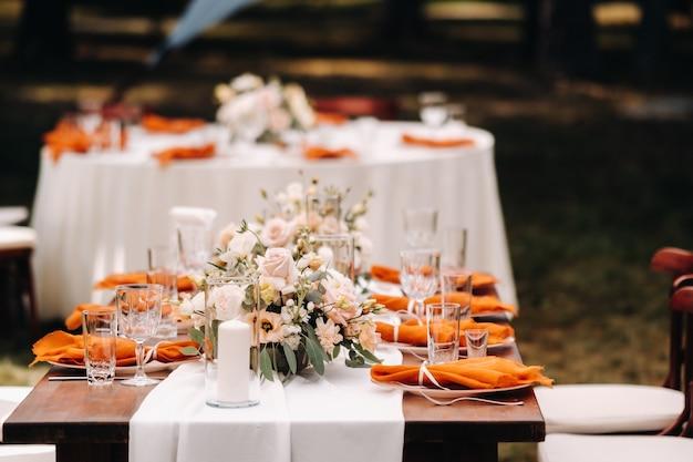 Dekoracja stołu weselnego z kwiatami na stole, wystrój stołu obiadowego.
