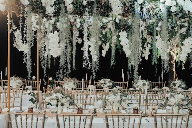 Dekoracja stołu z jedzeniem i napojami ozdobiona kwiatami na wesela lub urodziny