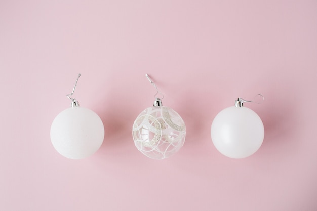 Dekoracja świąteczna: bombki z białego szkła na różowo