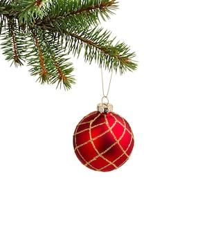 Dekoracja świąteczna. gałęzie jodły z christmas ball na białym tle.