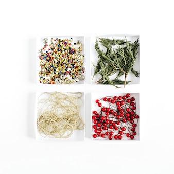 Dekoracja świąteczna jagody, konfetti, jałowiec, wianek na białym tle. płaski układanie, widok z góry