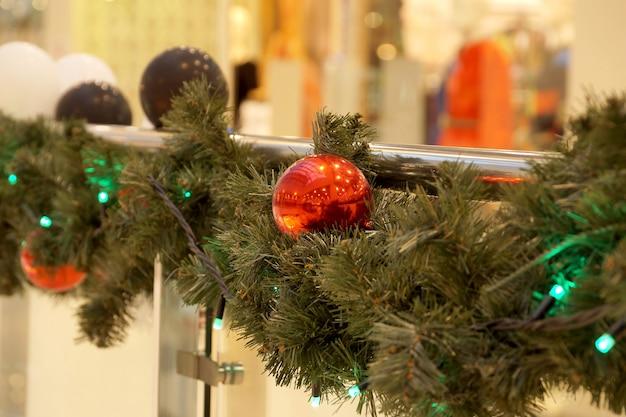 Dekoracja świąteczna kul centrum handlowego, kokardek i gałęzi jodły