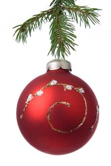 Dekoracja świąteczna piłka i gałąź jodła na białym