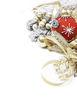 Dekoracja świąteczna, piłka i wstążki. copyspace