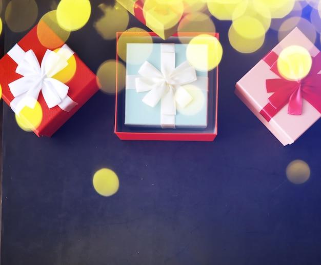 Dekoracja świąteczna. pudełka na prezenty na czarnym tle kamienia. widok z góry. koncepcja karty z pozdrowieniami świątecznymi.