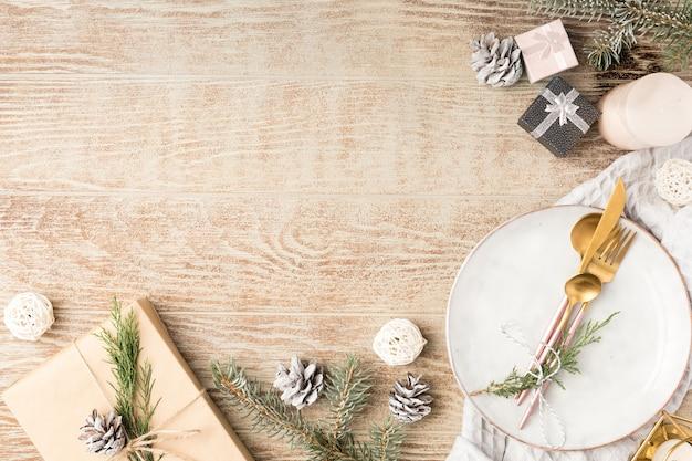 Dekoracja świąteczna. świąteczny talerz i sztućce z dekoracjami świątecznymi. tło wakacje, nowy rok