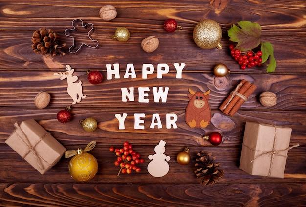 Dekoracja świąteczna. tło na powitanie z tekstem szczęśliwego nowego roku