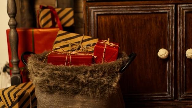 Dekoracja świąteczna. wesołych świąt. piękny salon urządzony na boże narodzenie. prezenty noworoczne
