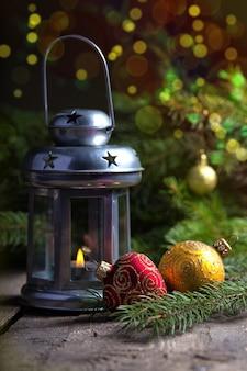 Dekoracja świąteczna z boke przy drewnianym stole