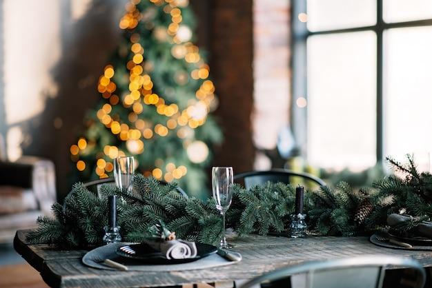 Dekoracja świątecznego stołu w stylu loftu