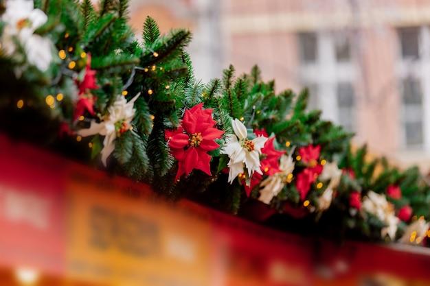 Dekoracja świerkowych gałęzi na jarmarku bożonarodzeniowym we wrocławiu