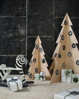 Dekoracja sylwestrowa i bożonarodzeniowa ze sklejki zebry i jodły oraz drewna na ciemnym tle
