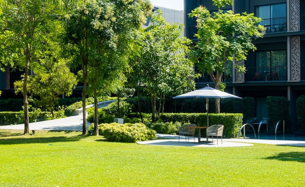 Dekoracja tarasu na zewnątrz i krzesła na balkonie w ogrodzie