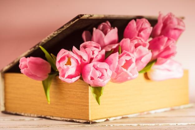 Dekoracja w stylu shabby chic - różowe tulipany w stylu vintage