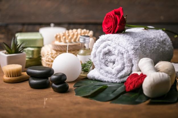 Dekoracja wellness, ustawienie masażu spa, olej na kamiennym tle. walentynki koncepcja zen i relaksu.