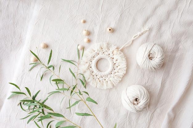Dekoracja z bawełny makrama. materiały naturalne - nić bawełniana, koraliki drewniane. ozdoby ekologiczne, ozdoby, ręcznie robione dekoracje. skopiuj miejsce