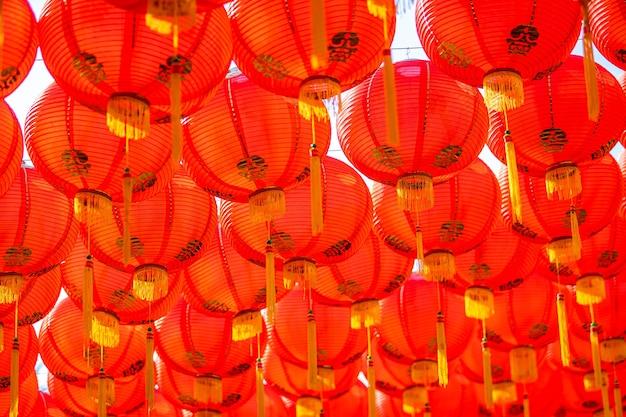 Dekoracja z czerwonej latarni na chiński nowy rok festiwal w chińskiej świątyni starożytna chińska sztuka z chińskim alfabetem