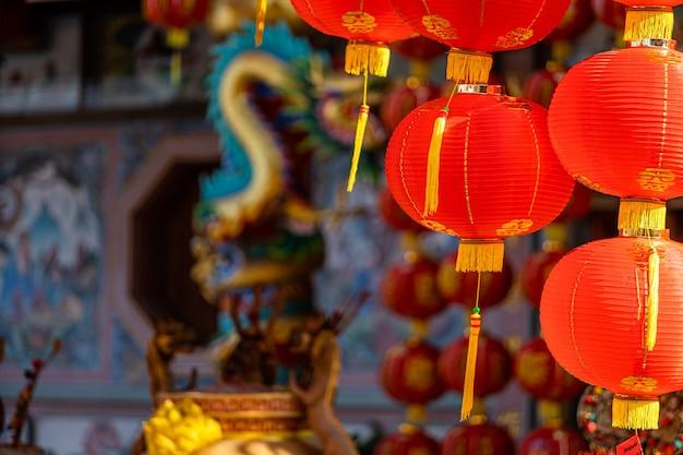Dekoracja z czerwonej latarni na chiński nowy rok w chińskiej świątyni