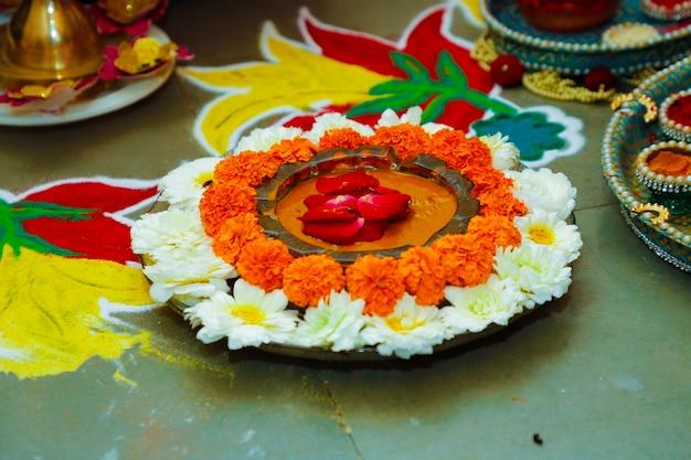 Dekoracja z kwiatów i zielonych liści na drzwiach na powitanie na ceremonii ślubnej