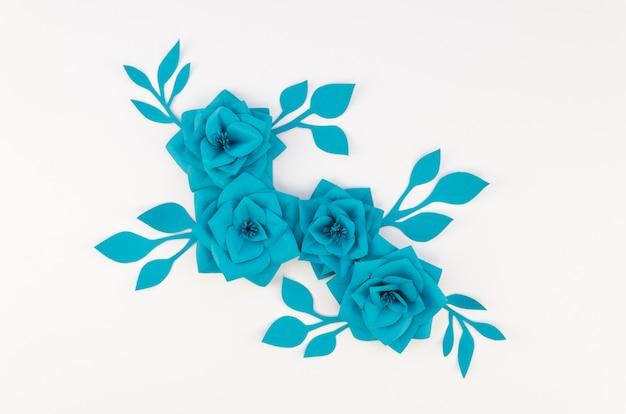 Dekoracja z niebieskimi kwiatami i białym tłem
