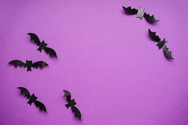 Dekoracje halloween, nietoperze na fioletowym tle, miejsca na tekst, leżał płasko.