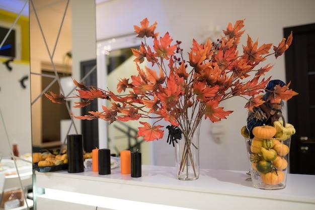 Dekoracje na halloween dynia jesienne liście świece
