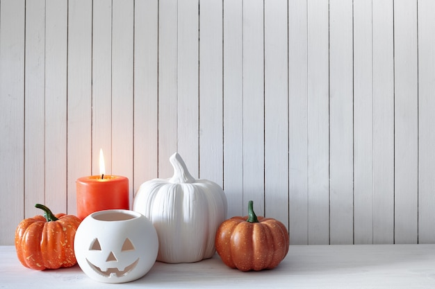 Dekoracje na halloween na ścianie z białych desek