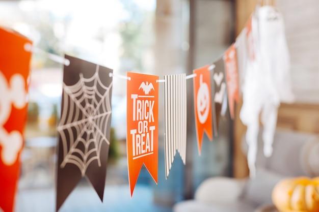 Dekoracje na halloween. selektywne skupienie ładnych, jasnych dekoracji na halloween dla dzieci leżących w słynnej sali imprezowej