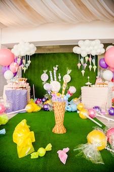 Dekoracje na imprezę. ogromny, różowy lolly wyskakuje z papieru i tkaniny w dużym koszu.