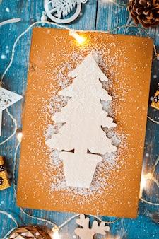Dekoracje na nowy rok wokół boże narodzenie list pustej przestrzeni dla tekstu spalania światła girlandy na niebieskim tle drewnianych.