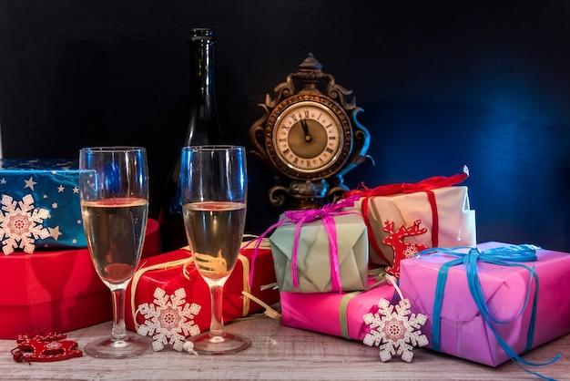 Dekoracje noworoczne z dwoma kieliszkami szampana. pocztówka noworoczna