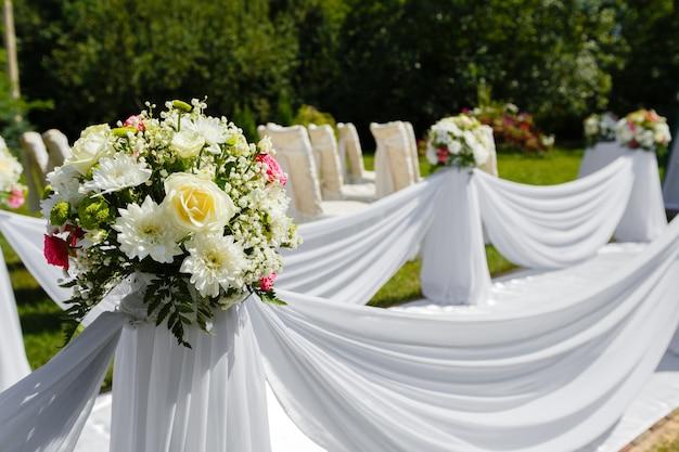 Dekoracje ślubne. kwiatowy bukiet z bliska