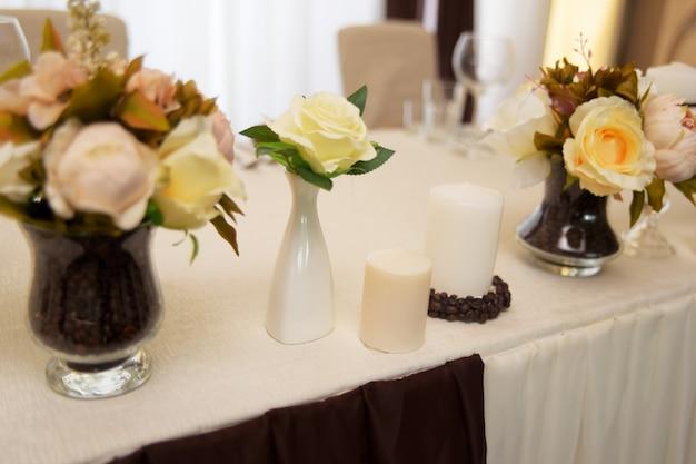 Dekoracje ślubne, kwiaty i ziarna kawy