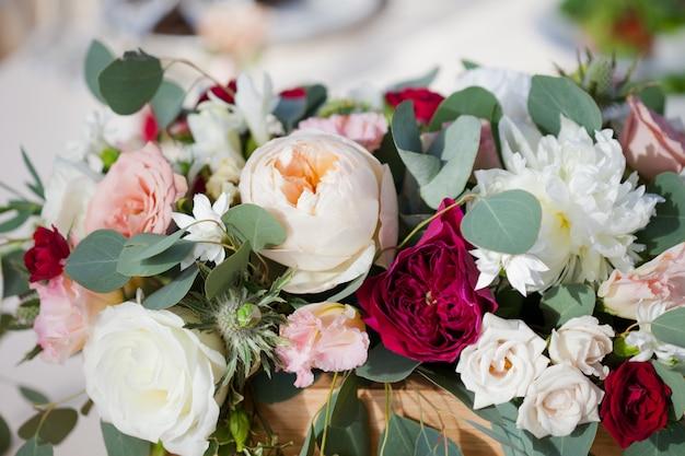 Dekoracje ślubne kwiaty w restauracji, jedzenie na stole