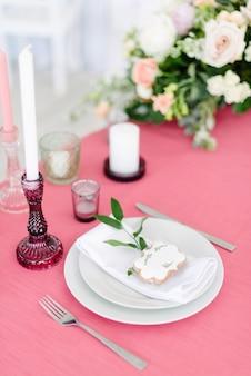 Dekoracje ślubne stolik dla nowożeńców na zewnątrz. przyjęcie weselne. elegancki układ stołu, dekoracja kwiatowa, restauracja.