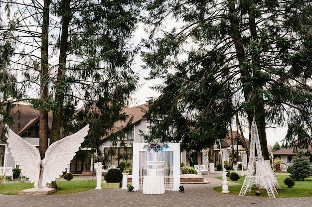 Dekoracje ślubne w luksusowej ceremonii. łuk na uroczystość ozdobiony jest kwiatami i zielenią, zielenią.