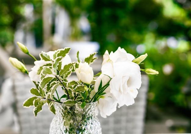 Dekoracje ślubne wystrój stołu i kwiatowy bukiet piękności białych róż w luksusowej restauracji beautif...