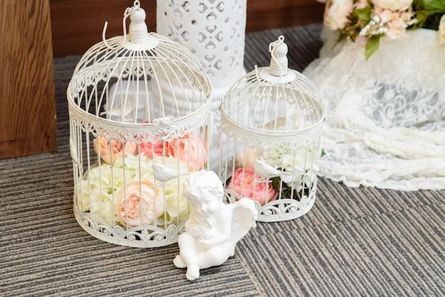 Dekoracje ślubne z klatek dla ptaków.