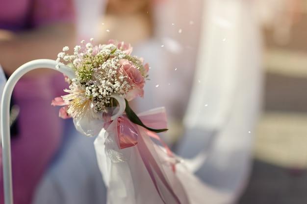 Dekoracje ślubne z różową wstążką