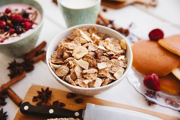 Dekoracje śniadaniowe z płatkami śniadaniowymi