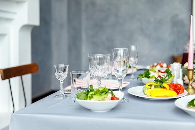 Dekoracje stołu na święta i kolację weselną. zestaw stołowy na wakacje, wydarzenie, przyjęcie lub wesele w restauracji na świeżym powietrzu