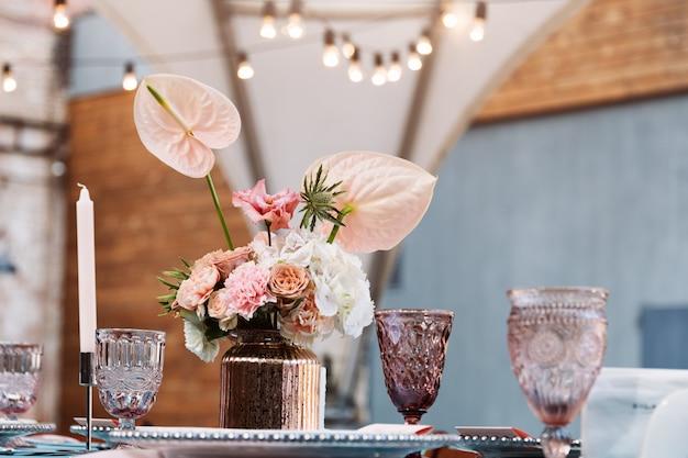 Dekoracje stołu na święta i kolację weselną. zestaw stołowy na wesele w restauracji na świeżym powietrzu.