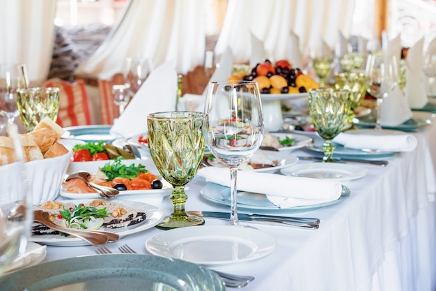 Dekoracje stołu na święta i kolację weselną