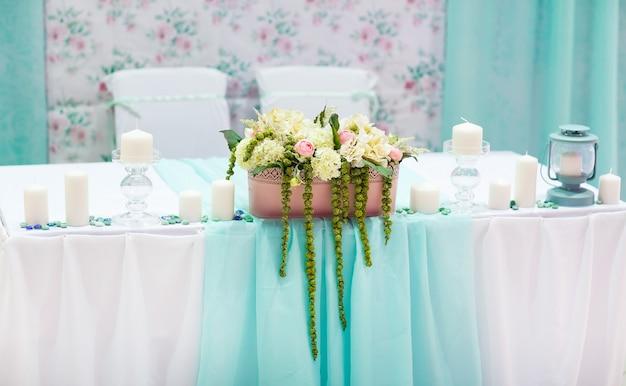Dekoracje stołu weselnego w kolorze tiffany