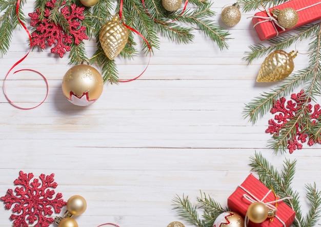 Dekorację świąteczną na białym tle drewnianych