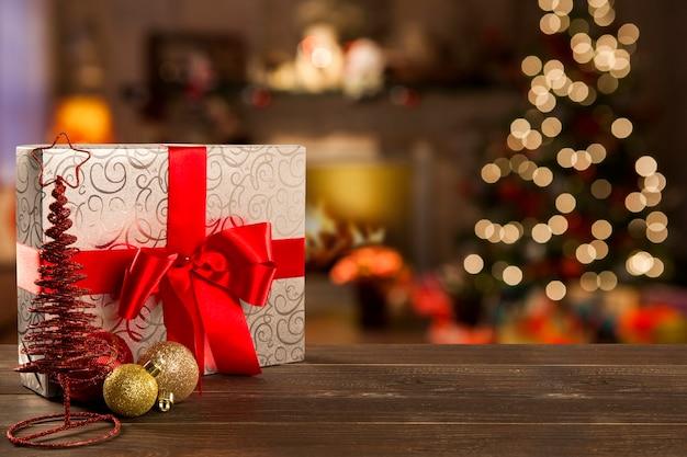 Dekorację świąteczną z choinką na drewnianym stole. ozdoby w kolorze czerwonym, złotym i srebrnym
