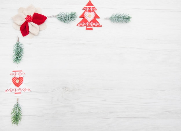 Dekorację świąteczną z gałęzi drzewa i jodły na białym tle