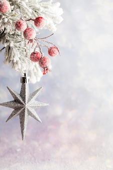 Dekorację świąteczną z gałęzi jodłowych na tle drewna.