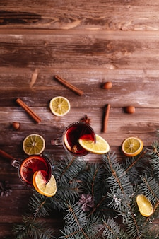 Dekoracje świąteczne i noworoczne. dwie szklanki grzanego wina z pomarańczami