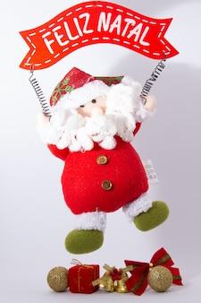 Dekoracje świąteczne i noworoczne na rustykalnym starym drewnianym pokładzie składają się pudełko, bale, silv